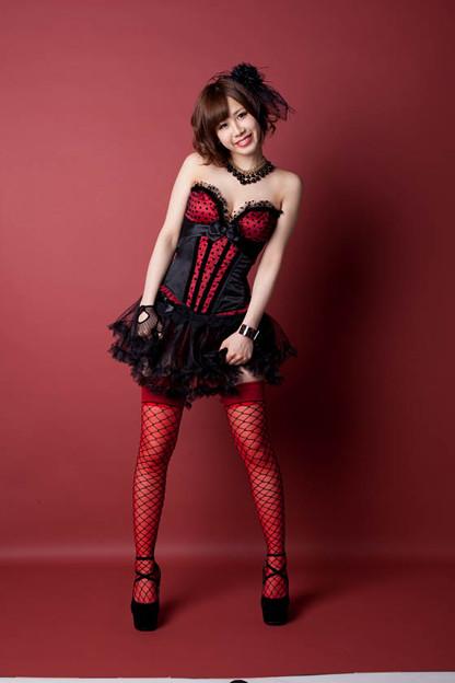 赤と黒の衣装に赤い網タイツを履いている大家志津香の画像